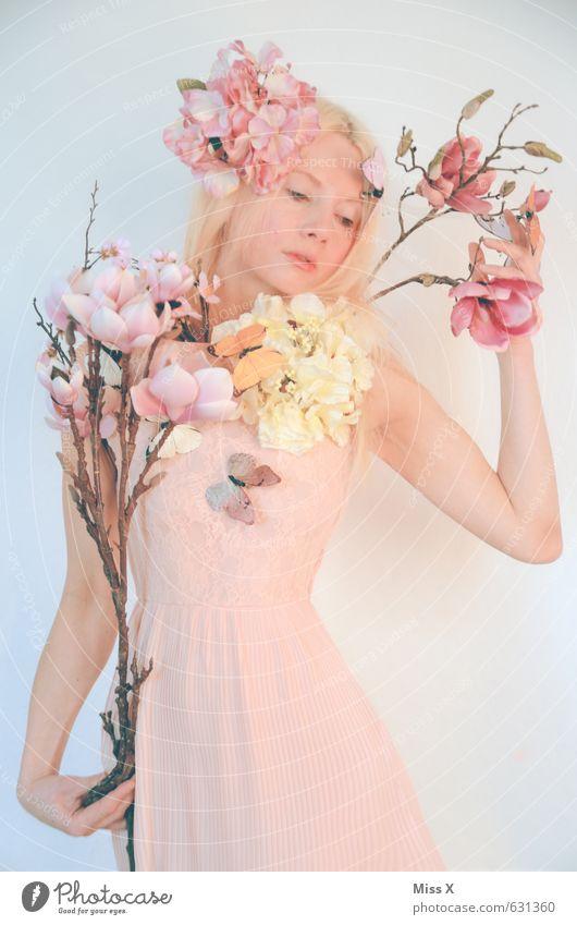 der Tragödie letzter Teil schön Mensch Junge Frau Jugendliche 1 18-30 Jahre Erwachsene Pflanze Frühling Blume Blüte Kleid Accessoire blond feminin rosa Gefühle