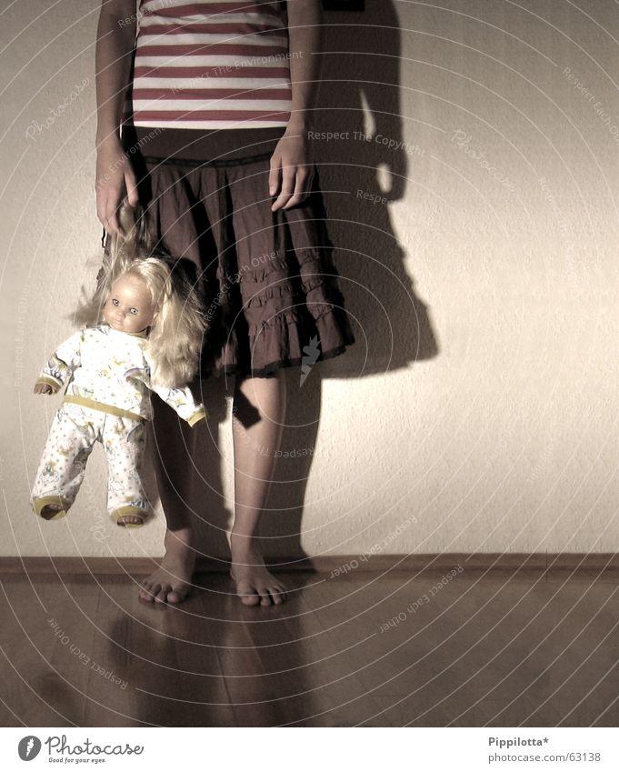 Vergessen ll Barfuß Trauer kalt Mädchen vernachlässigen Spielen vergessen Einsamkeit Puppe Kind Traurigkeit Langeweile