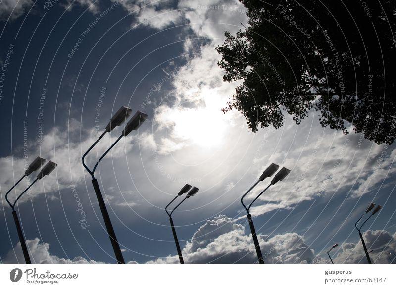 { LAMPEN | LEUCHTEN | LATERNEN } Licht Lampe Laterne Luft Wolken Blatt Gegenlicht traumhaft Himmel falsch ohne straße blau irgendwo light lights shiner lantern