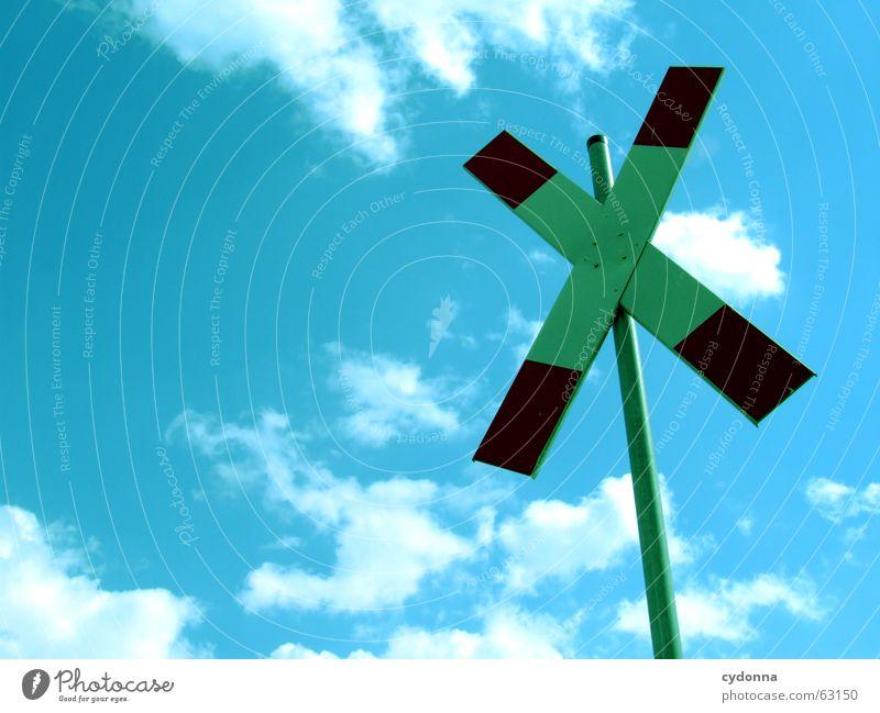 Zug kommt gleich... Wolken Symbole & Metaphern Halt Bahnübergang Schranke Durchgang stagnierend Schilder & Markierungen Himmel Sommer Vorsicht Zeichen Bedeutung