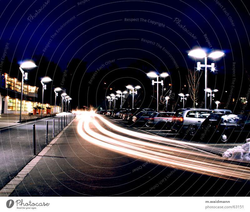 Wo ist mein Parkplatz? Lampe dunkel Bewegung PKW Verkehr fahren Scheinwerfer Nachtaufnahme