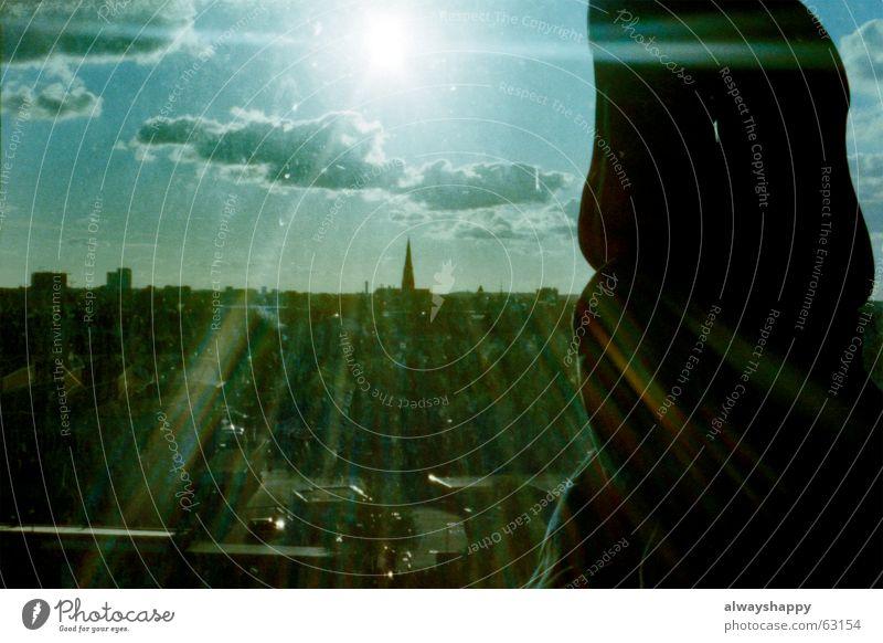 wait and see Fenster Schuhe Sonnenstrahlen Gegenlicht Stadt St. Pauli Frühjahrsputz Füße hoch Erholung Beine dreckig Himmel Aussicht Hamburg Altona sun view