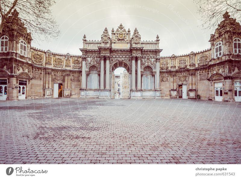 Dolmabahçe Sarayi Ferien & Urlaub & Reisen Sightseeing Städtereise Istanbul Türkei Stadt Stadtrand Menschenleer Burg oder Schloss Platz Bauwerk Gebäude
