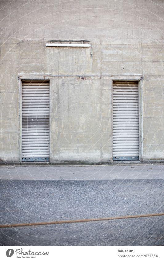 rechts oder links. Stadt Wand Straße Wege & Pfade Gebäude Mauer grau Stein Lampe Linie Metall Fassade Kraft Tür trist Beton
