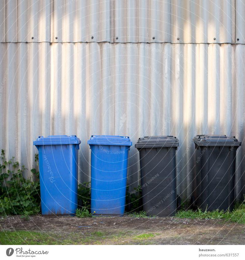 alles müll. blau Stadt schwarz Umwelt Wand Gras Mauer grau Linie Fassade dreckig Häusliches Leben Sauberkeit Industrie Güterverkehr & Logistik Landwirtschaft
