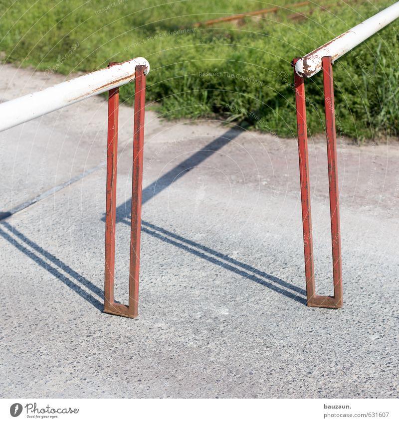 keine annäherung. grün weiß rot Straße Wiese Bewegung Wege & Pfade Gras Linie Metall Perspektive Beginn Wandel & Veränderung Mut Mobilität achtsam