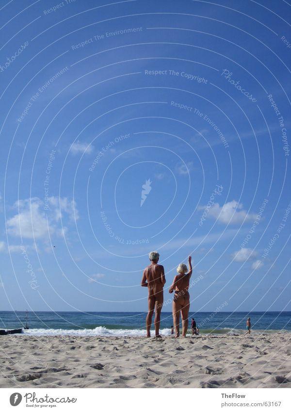 Oma & Opa Akt Strand Wellen Wolken Meer Bekleidung ohne winken Sehnsucht Wasser Wind Himmel blau Sand Mensch keine alles alt