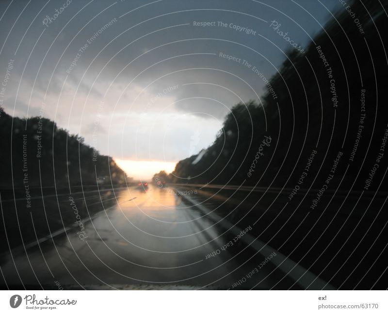 Licht am Ende der Autobahn Sonne Wolken Straße dunkel PKW Regen gefährlich Glätte Windschutzscheibe Regenwolken dunkle Wolken