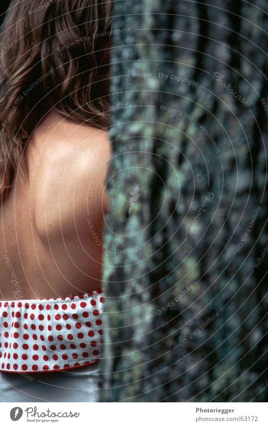 Das Blatt weiß Baum grün rot Haare & Frisuren Kleid Punkt Dame Schulter Baumrinde Baumstamm