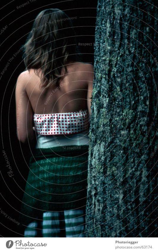 Das Mädchen am Baum weiß Baum grün rot Haare & Frisuren Arme Rücken Kleid Jacke gestreift Baumrinde gepunktet Ton-in-Ton