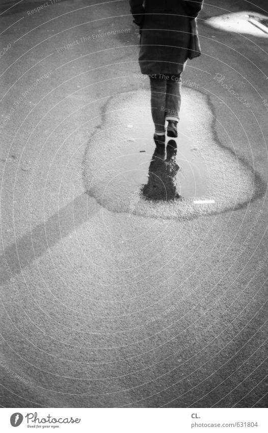 spazieren gehen Mensch Frau Einsamkeit Winter Erwachsene Straße feminin Herbst Wege & Pfade Regen Freizeit & Hobby trist Verkehr laufen Zukunft