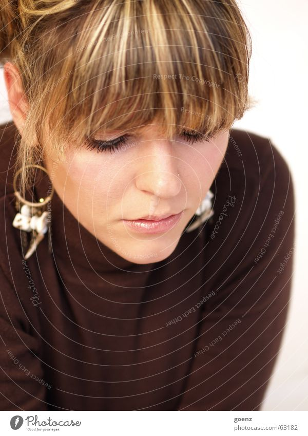 Unschuldig Frau schön Gesicht Beautyfotografie Model rein Kosmetik brünett Pony unschuldig Ohrringe