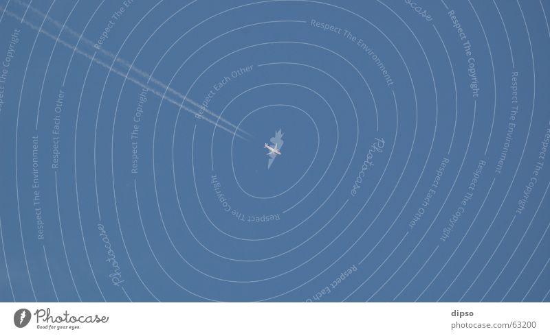 Diagonale weiß Sommer Ferien & Urlaub & Reisen Flugzeug diagonal Geometrie Fernweh Symmetrie Blauer Himmel Düsenflugzeug Kondensstreifen
