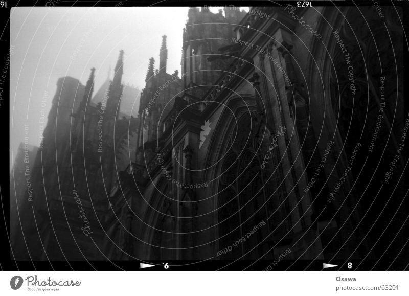 Hradschin, 4 am Nebel Dom Architektur Fassade Fenster Wahrzeichen Denkmal Stein Glas Ornament groß historisch grau schwarz weiß Religion & Glaube Prag Gotik