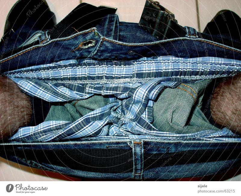 Hose runter! blau schwarz Einsamkeit dunkel Fuß Beine braun Jeanshose Bad T-Shirt Streifen Toilette Ladengeschäft unten
