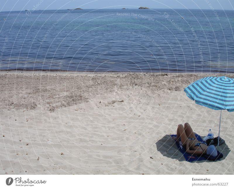 Relaxing unterm Schirm Frau Wasser Himmel weiß Meer blau Sommer Strand Ferien & Urlaub & Reisen Erholung grau Sand braun Wellen schlafen Insel