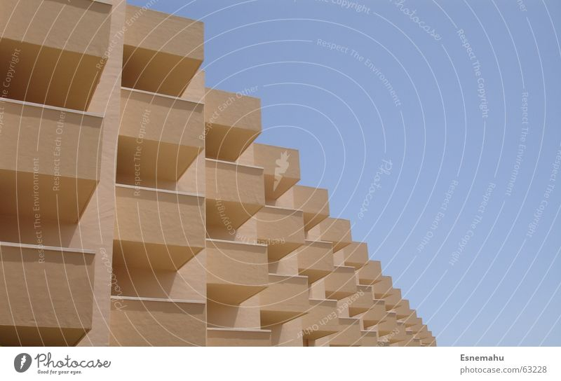 Unendliche Bauweiten Gebäude Hotel Haus Raum braun weiß Balkon ähnlich Unendlichkeit Ferne blau Himmel Strukturen & Formen building room architecture brown blue