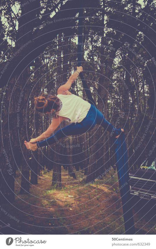 Akrobatische Übungen im Wald Mensch Frau Natur Jugendliche blau schön Junge Frau Erotik Erwachsene Umwelt Bewegung feminin Sport natürlich Gesundheit