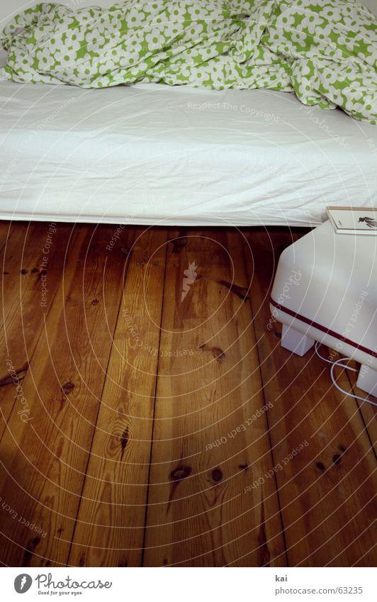 Guten Morgen 1 Bett Kissen Bettlaken aufstehen aufwachen schlafen Nacht träumen wecken Wochenende Nachttisch lesen Buch Decke liegen Schlafmatratze Schlafzimmer