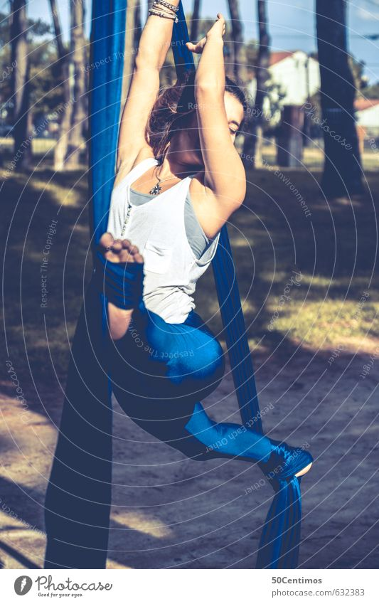 Traumhafte Akrobatik Mensch Jugendliche schön Junge Frau 18-30 Jahre Erotik Wald Erwachsene Leben feminin Stil Freiheit Gesundheit fliegen elegant Zufriedenheit