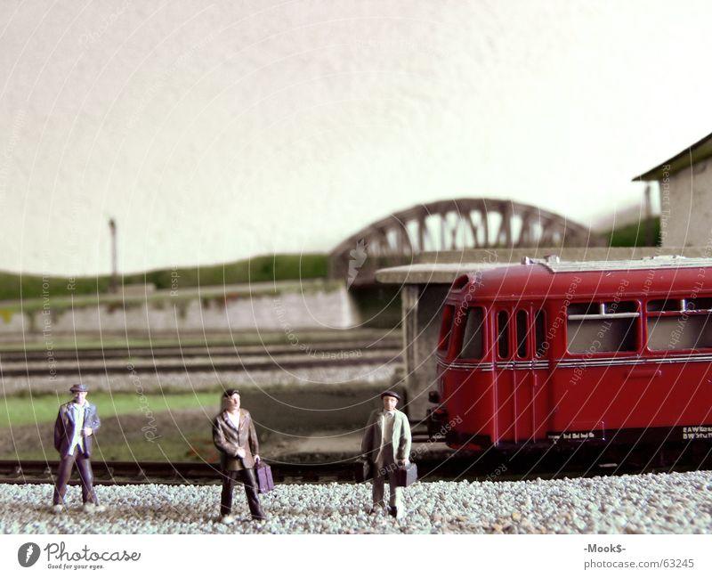 Bitte einsteigen! Eisenbahn rot Ankunft Wiedersehen Abschied Ferien & Urlaub & Reisen Bahnsteig Gleise Bahnhof Mensch Brücke Passagier Abfahrt
