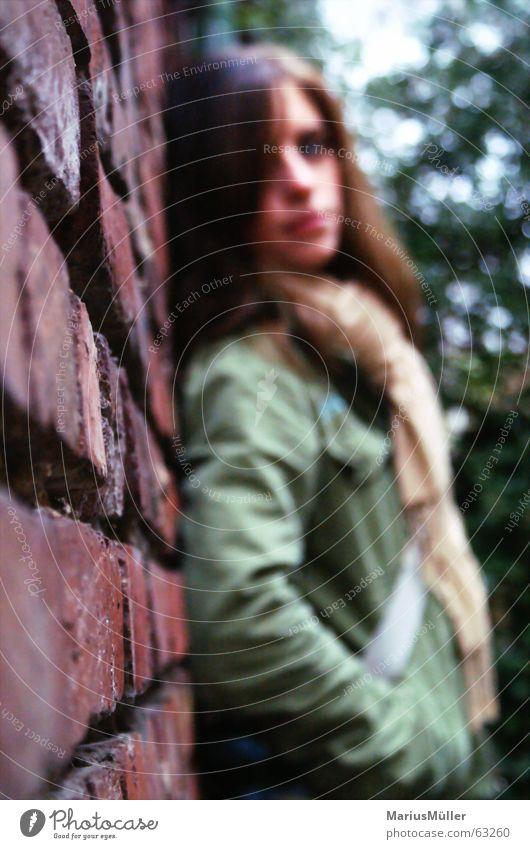 Kathi Hinterhof Einsamkeit Trauer Herbst schön Frau junges mädchen casual wear Mauer anlehnen ruhig Erholung träumen Backsteinwand