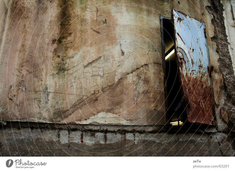24/7 geöffnet braun kaputt Halogenlampe Garage verfallen Wand beige grün Außenaufnahme Rost Tür blau Stein Fleck dreckig verfallenheit alt