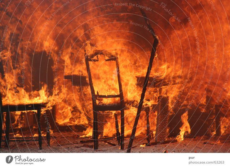 Feuerschaden Spielen Wärme Brand Trauer Stuhl Physik heiß brennen Krieg Flamme Desaster Brandschutz Feuerwehr Wiedervereinigung Versicherung Brandasche