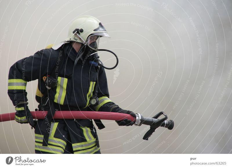 Im Einsatz Feuerwehrmann Feuerwehrauto Rettung Rauch löschen Brandschutz Feuerstelle Sanitäter Agon Shu Hoshi Matsuri Feuersturm Lebensrettung Löschwasser