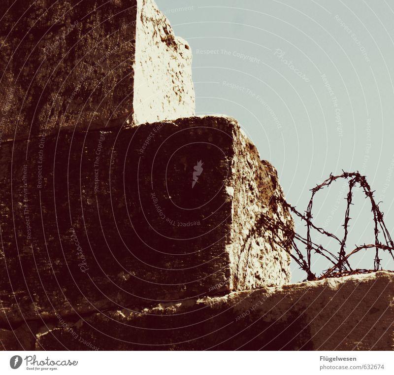 Grenzen in unseren Köpfen Ferien & Urlaub & Reisen Ausflug Abenteuer Ferne Freiheit Jagd kämpfen Flucht Heimweh Mauer Mauerstein Mauerreste Mauerschütze