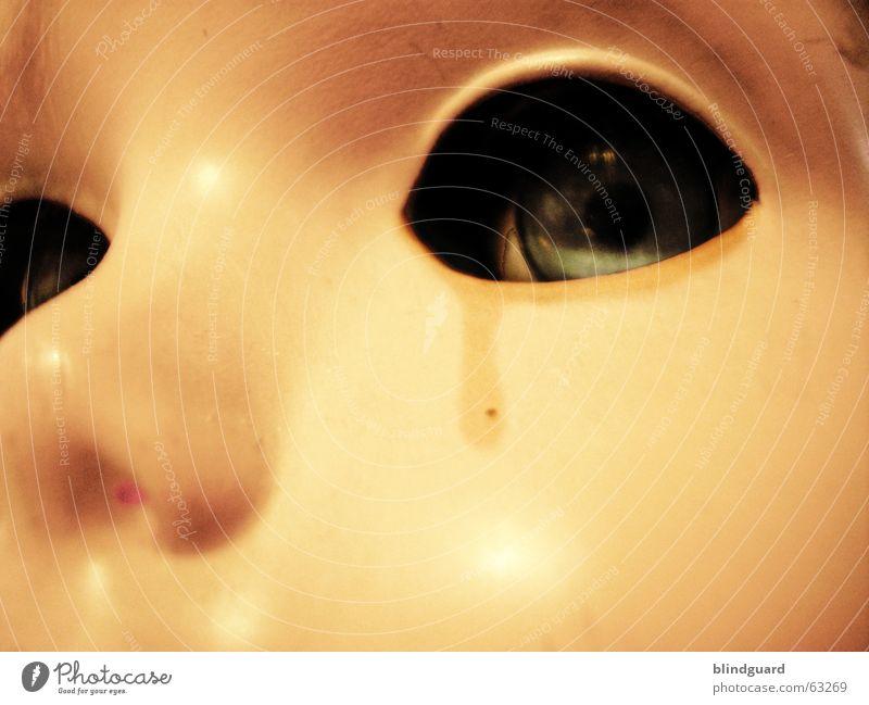 Toys Don't Cry Auge dunkel kalt oben Tod leer Maske Spielzeug gruselig Puppe weinen Tränen Gänsehaut Kinderzimmer nutzlos emotionslos