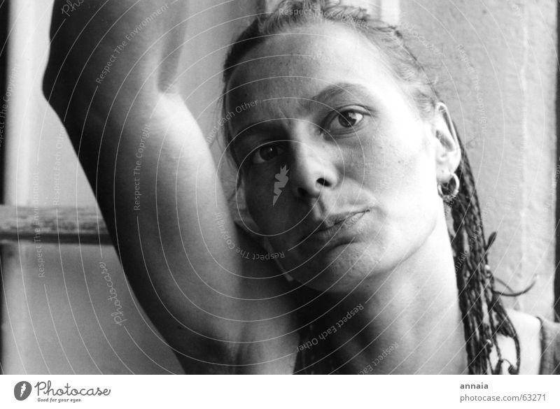 Marion Frau Porträt ernst direkt Fenster Sommer friend woman Arme Ohrringe Auge watching you watching me