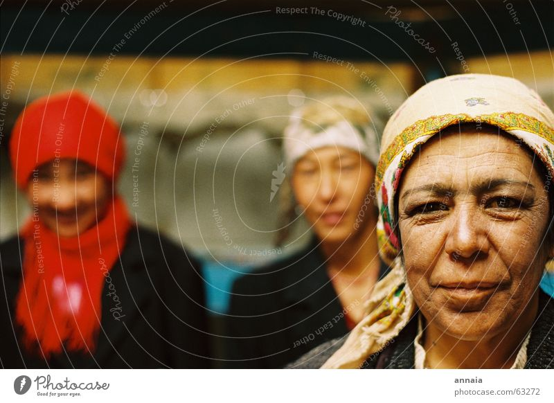 Frauen in der Jurte lachen Freundschaft Zufriedenheit Falte Tiefenschärfe Kopftuch Porträt sympathisch Kirgisistan Tadschikistan