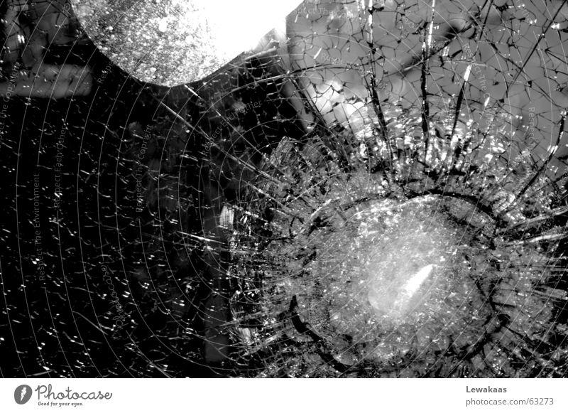 Sprünge weiß schwarz Glas Hoffnung Gastronomie Ladengeschäft Gewalt Schmuck durchsichtig Zerstörung Kristallstrukturen Kriminalität zerbrechlich Scherbe