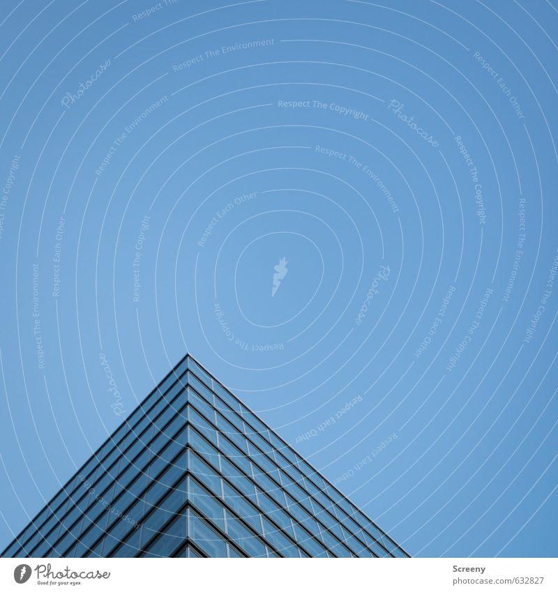Klein Ägypten... Himmel Wolkenloser Himmel Stadt Hochhaus Fassade Fenster Glas Metall eckig elegant hoch Spitze blau Architektur Bauwerk Pyramide Farbfoto