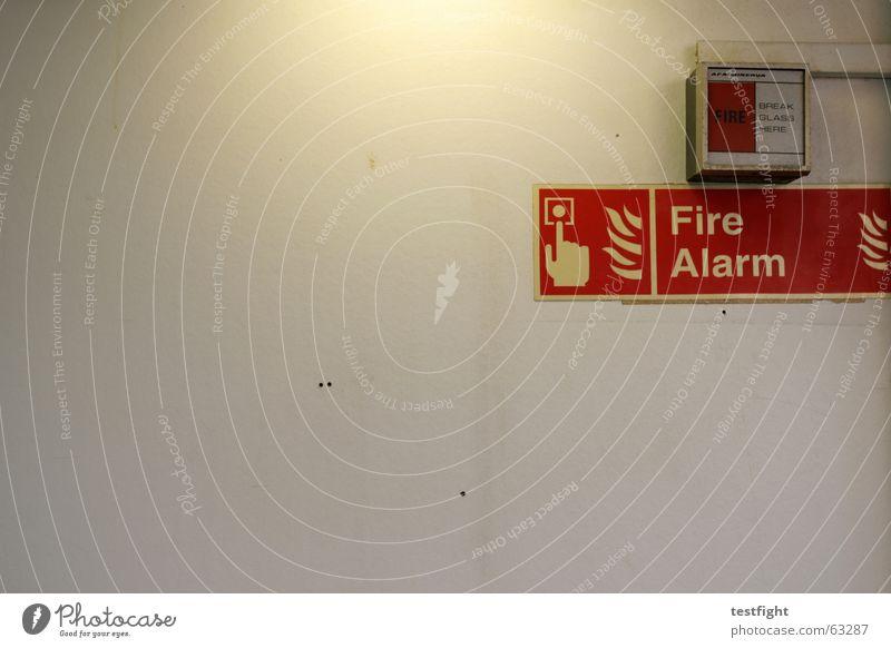wand Wand Licht Warnschild Fähre Wasserfahrzeug unterwegs Ferien & Urlaub & Reisen Brand Alarm rot gefährlich feueralarm Hinweisschild bedrohlich