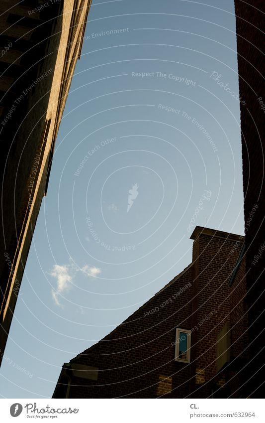 nices wölkchen Himmel Ferien & Urlaub & Reisen Stadt Wolken Haus Fenster Umwelt Wand Gebäude Mauer Architektur Fassade Schönes Wetter Ausflug Zukunft Hoffnung