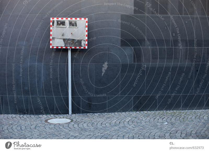spiegel Stadt Menschenleer Haus Gebäude Architektur Mauer Wand Fassade Verkehr Verkehrswege Straßenverkehr Fußgänger Wege & Pfade beobachten trist achtsam