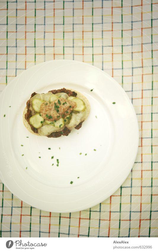 Frikadellenbrötchen mit Harzer Käse und Gürkchen Essen Lebensmittel genießen Ernährung süß Appetit & Hunger lecker Bioprodukte Teller Abendessen kariert Fleisch