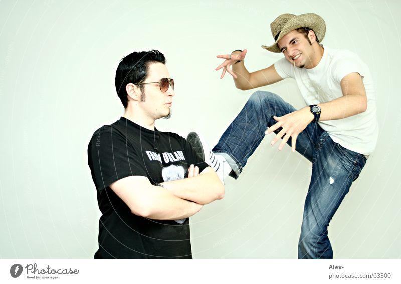 broken leg mountain kämpfen springen dunkel böse Duell Teufel Cowboy Sonnenbrille Pornobrille schwarz weiß Kick treten kong fu hell gut Hut move