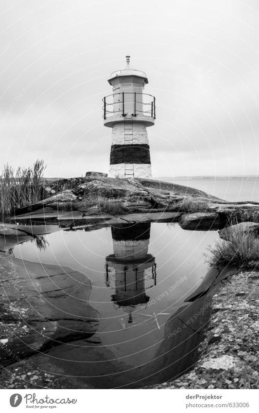 Leuchtturm s/w in Schweden - Schären alt Küste Gras Architektur Lampe Felsen authentisch ästhetisch Ostsee Schifffahrt Denkmal Wahrzeichen Sehenswürdigkeit