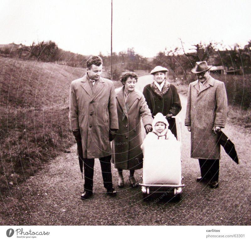 Familienfoto in entspannter Haltung Kind Familie & Verwandtschaft Glück mehrere Kindheitserinnerung Mutter Spaziergang Großmutter Großvater Geborgenheit Eltern Generation Fünfziger Jahre Großeltern Kinderwagen Nachkriegszeit
