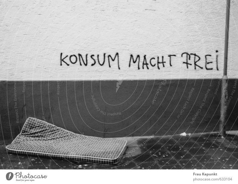 Konsum macht frei. Mauer Wand Laternenpfahl Bürgersteig Schlafmatratze Graffiti nass Zukunftsangst Ungerechtigkeit Menschenleer Armut Freiheit
