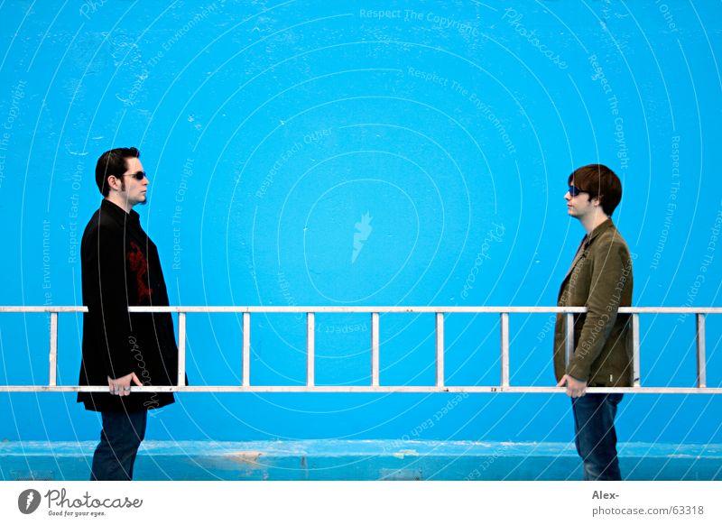 So kommen wir nicht weiter Mann blau Schwimmbad stehen Verbindung Freundlichkeit Leiter positiv Arbeiter Verbundenheit sinnlos stoßen negativ entgegengesetzt Anziehungskraft