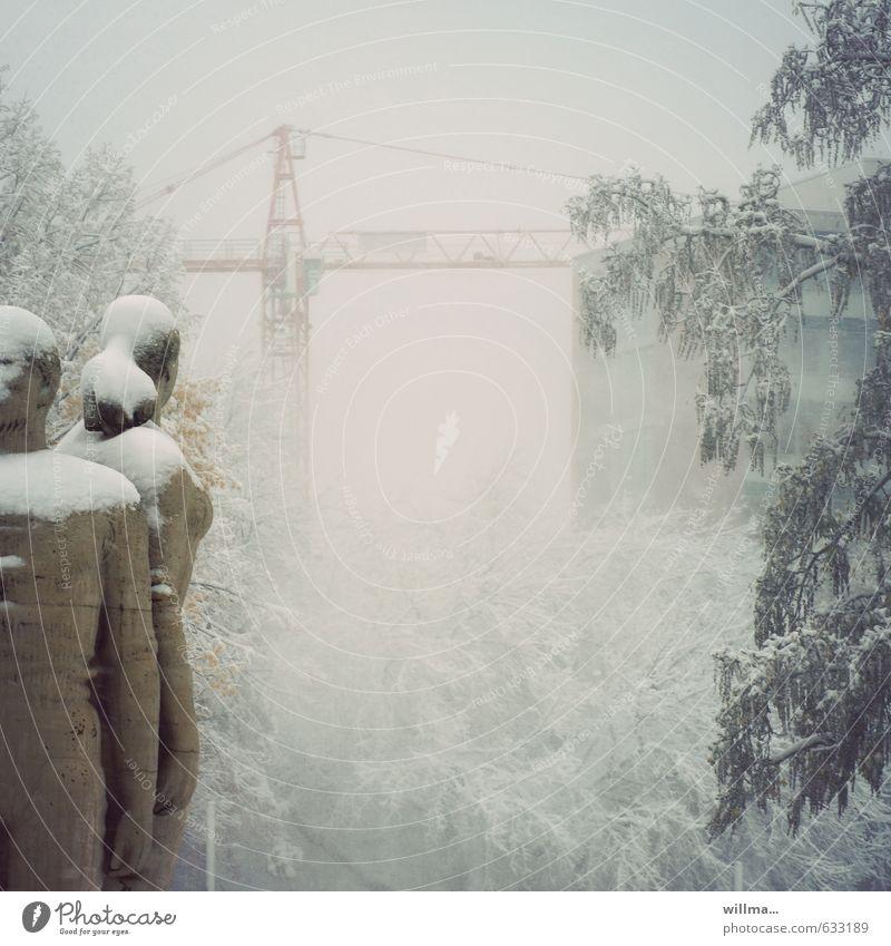 stadtwinter Winter Park Chemnitz Statue kalt Kran Plattenbau Frost Gedeckte Farben Außenaufnahme