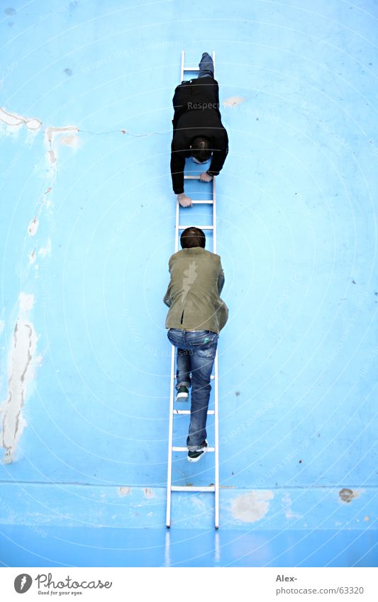 Hals über Kopf oben geschlossen Treppe Geschwindigkeit Schwimmbad fallen drehen hängen Leiter steigen falsch aufsteigen Abstieg entgegengesetzt anstößig aufeinander