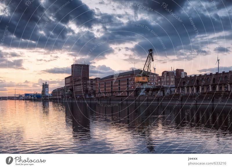 Stadthafen Wasser Himmel Wolken Horizont Schönes Wetter Industrieanlage Hafen Gebäude Architektur Fassade alt braun orange schwarz weiß Kaianlage Rheinhafen