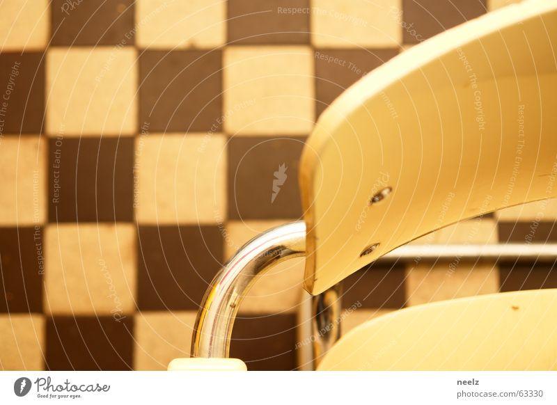 sitz! Freischwinger beige kariert Küche rot braun Praxis retro Stuhl fliesen kacheln sitzen Stuhllehne stahlrohr