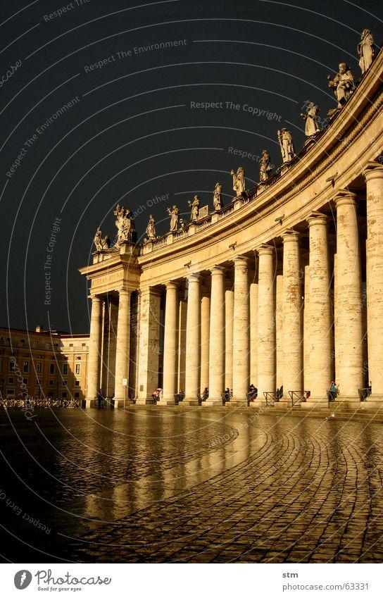 roma capoccia 1 Mensch Regen Vatikan Säule Rom Petersdom