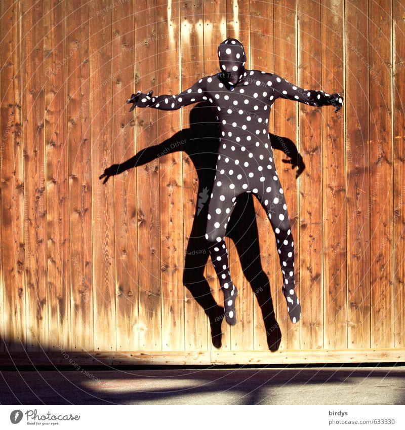 catch me if you can maskulin androgyn Junger Mann Jugendliche Körper 1 Mensch Holztor Arbeitsanzug Cat Suit Ganzkörperaufnahme Maske fangen springen bedrohlich